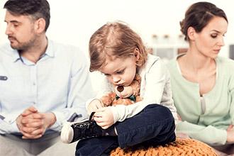 Родители после развода общаются с ребенком