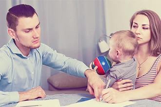 Отец изучает перечень прав на ребенка после развода