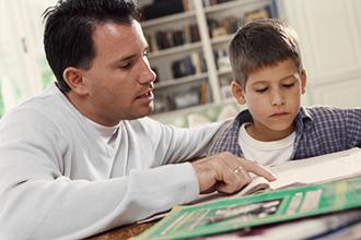 Отец учит уроки с ребенком