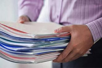 Стопка документов в руках