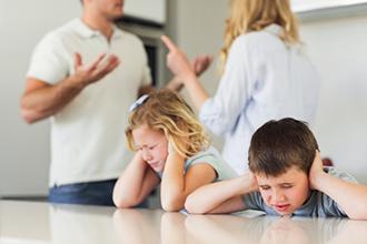 Родители ругаются при своих детях