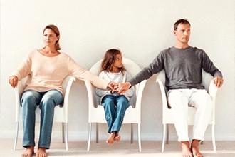 Родители воспитывают ребенка после разводе