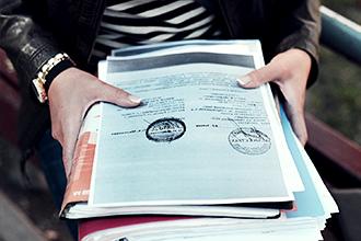 Документы в руках для подачи заявления